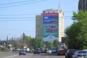 Монтаж крупноформатного баннерного панно в рамках проведения рекламной кампании бренда «KIA» в Воронеже