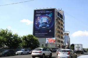 Монтаж крупноформатного баннерного панно «AUDI» в рамка рекламной кампании по продвижению нового модельного ряда Audi Q5
