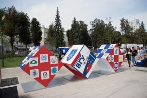 Завершены работы по изготовлению и поставке декоративных элементов в виде не световых объемных кубов к 100-летнему юбилею «ВГУ»